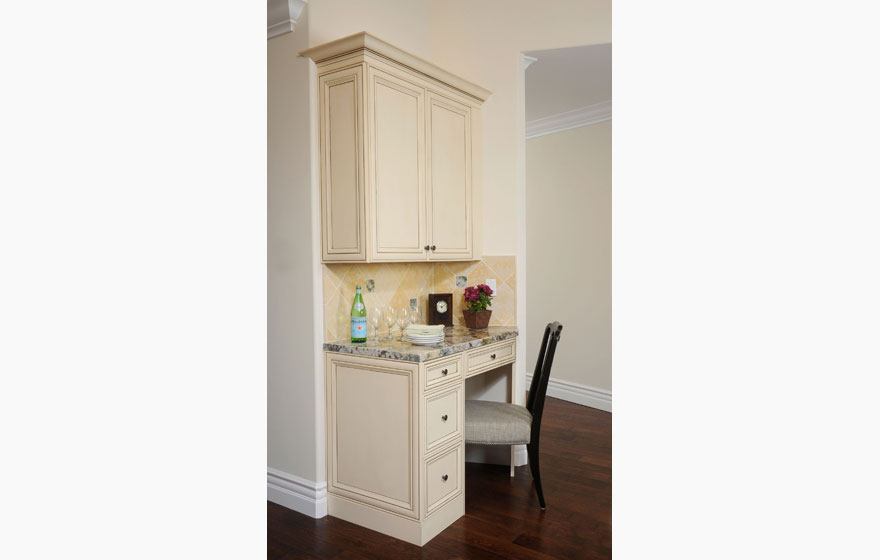 "The Wilmington 7/8"" (541) Door is used with two different finishes to offset the island from the wall cabinets, creating a truly beautiful space."