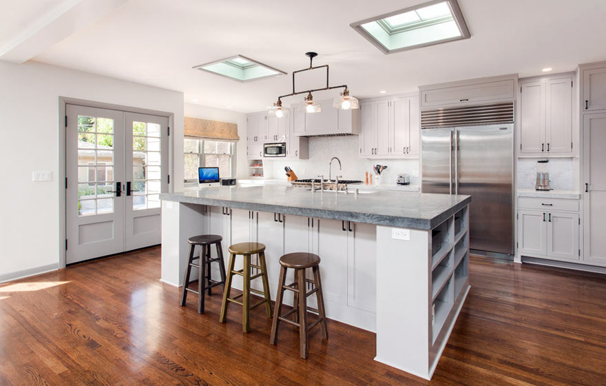 A perfect setting for a gathering crowd, this kitchen keeps clean lines and classic colors.