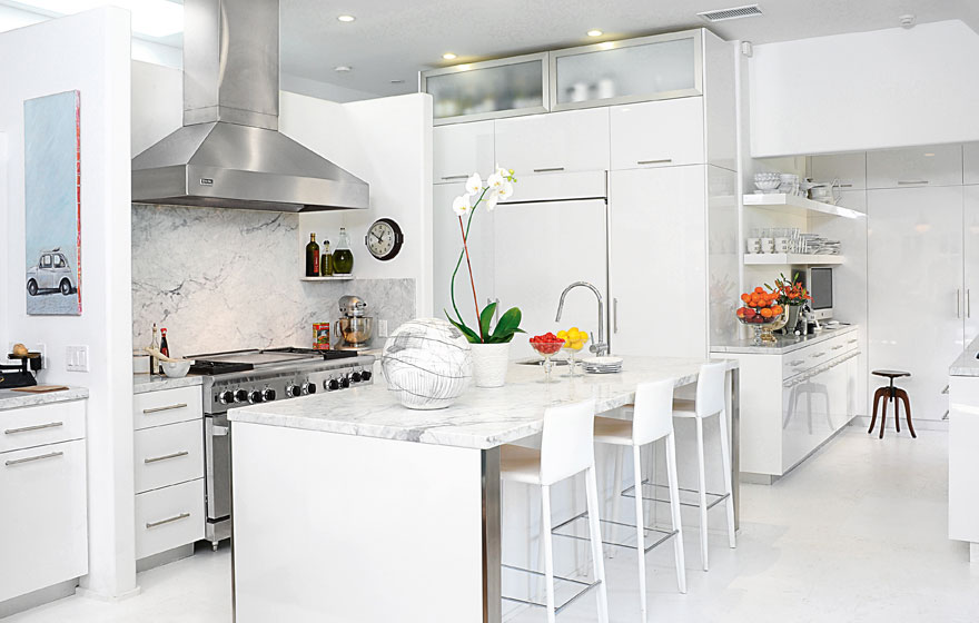 "High Gloss White material and a sleek DBQ 3/4"" (816) door style result in a dramatic space."